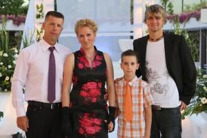Лиза Арье с мужем и сыновьями