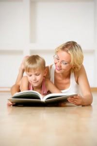Мама читает книжку сыну