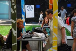 Пресс-клуб, который работает на детской территории фестиваля и выпускает собственную газету о поисходящем. На фото - главред газеты Евгения Абелюк