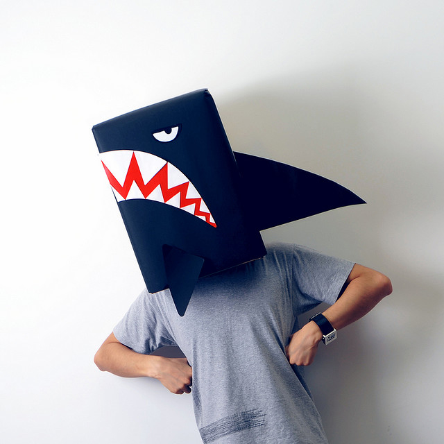 Костюм для мальчика на Хэллоуин - акула из картона