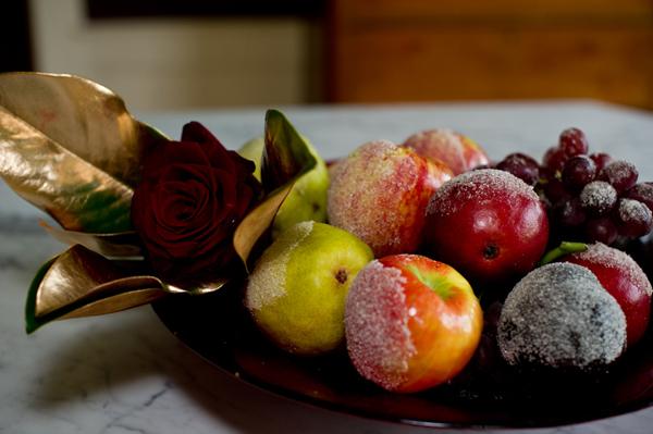 Заснеженнные фрукты в вазе
