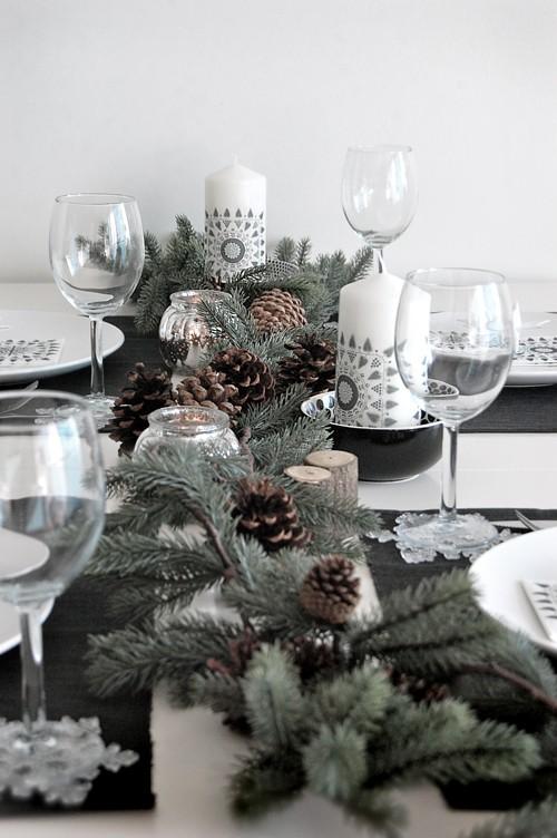 Рождественское оформление стола ветками сосны