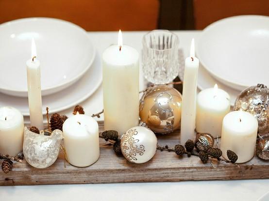 Оформление стола шишками, свечами и шарами